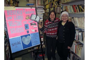 Volunteers Kea Sncal (left) and Claudette Toutant at the Sun Youth Book Store. (Photo by Nicolas Carpentier)