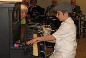 Piano boy Pinchas Antal plays for seniors in Montreal. (Photo by Irwin Block)
