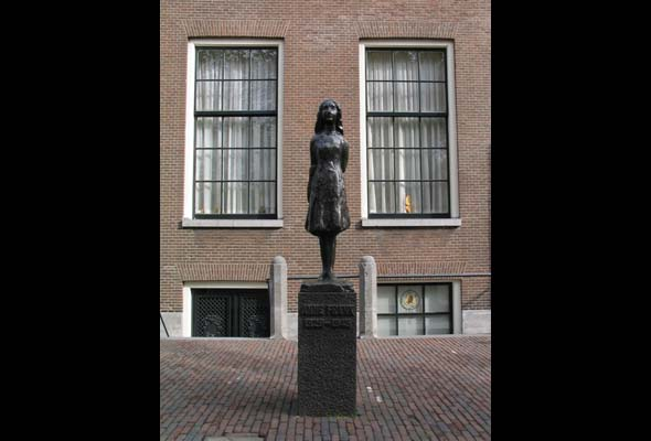 A statue of Anne Frank in Amsterdam. (Photo by Stephane D'Alu, courtesy of Wikimedia Commons)